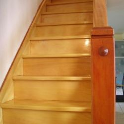 escalier - escalier en movingui finition vitrifié satiné incolore en phase aqueuse